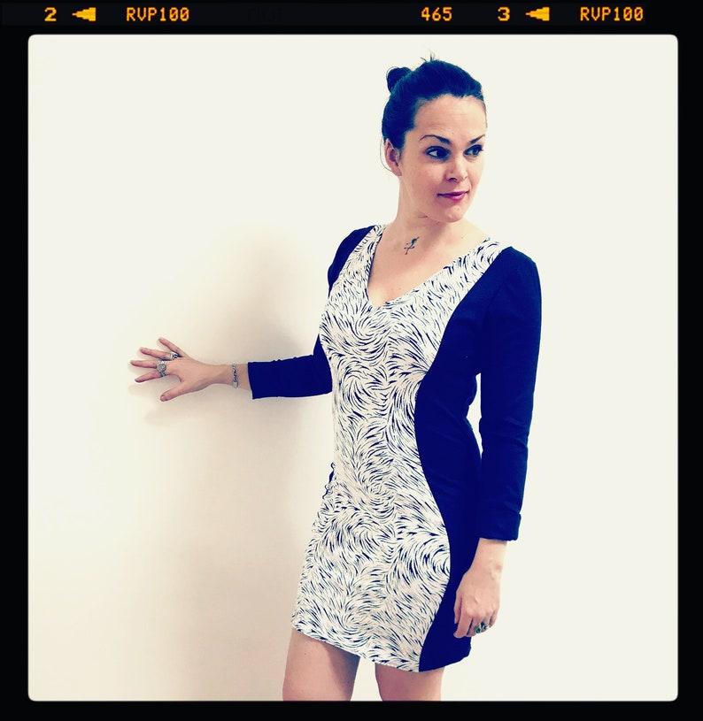 d517c8674 Robe moulante pour femme, jean denim bleu stretch et jersey jacquard blanc  zébrures noires, robe chic et sexy, robe courte, robe jean, noel