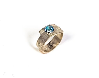 Ring in sterling silver and wrap-over design with rainbow blue topaz precious stone