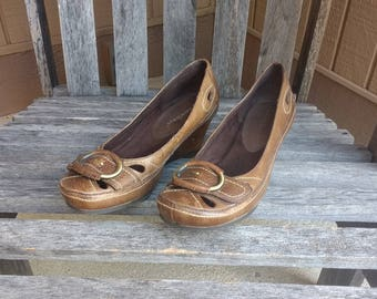 a3c55d960d3 Vintage Brown Dalula Bare Traps Leather and Leather Lined Wood Wedge Size 6  1 2 M