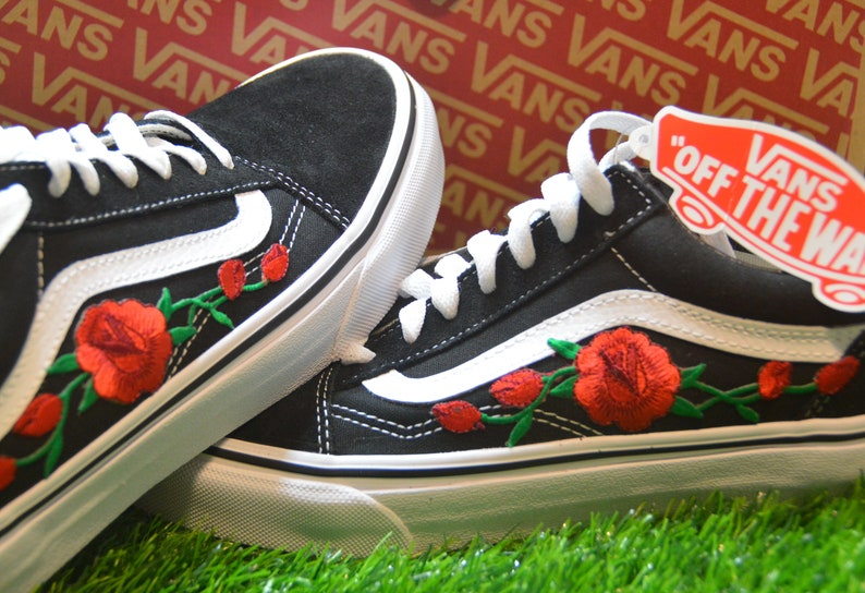 9ebbaf7917ca9 Custom Vans Old Skool Black White Rose rossa ricamato ferro su