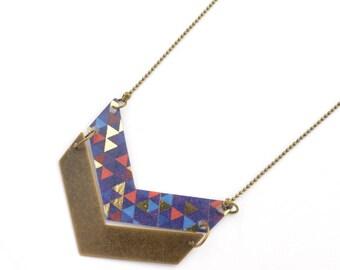 Collier deux chevrons en plastique recyclé et métal bronze, chaîne à bille- motif triangles multicolores