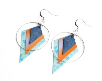 Boucles d'oreilles créoles argenté en cuir fin bleu et papier japonais corail et bleu.