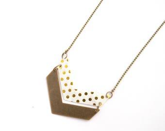 Collier deux chevrons en plastique recyclé et métal bronze, chaîne à bille-blanc à pois dorés
