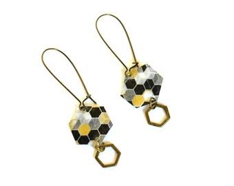 Boucles d'oreilles hexagones en papier japonais, motif hexagones noir et doré, plastique recyclé et breloque métal bronze