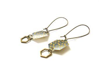Boucles d'oreilles hexagones en papier japonais, motif pois noir et doré, plastique recyclé et breloque métal bronze