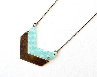 Collier deux chevrons en plastique recyclé et métal bronze, chaîne à bille-bleu