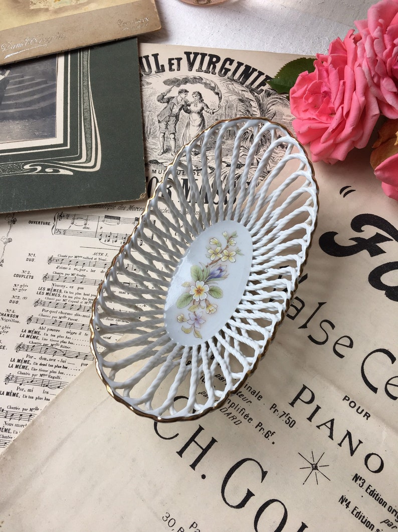 LUCRU MANUAL old small basket in faience white decor flowers vintage decor shabby rustic chic countryside