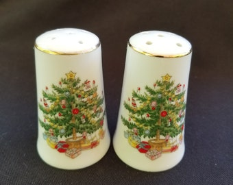 "Vintage Japan Made Ceramic Christmas Tree Salt & Pepper Shakers Gold Trim 2.75"""