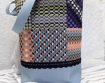 7b8d875a24 Sac simili cuir bleu ciel irisé et tissu imitation patchwork
