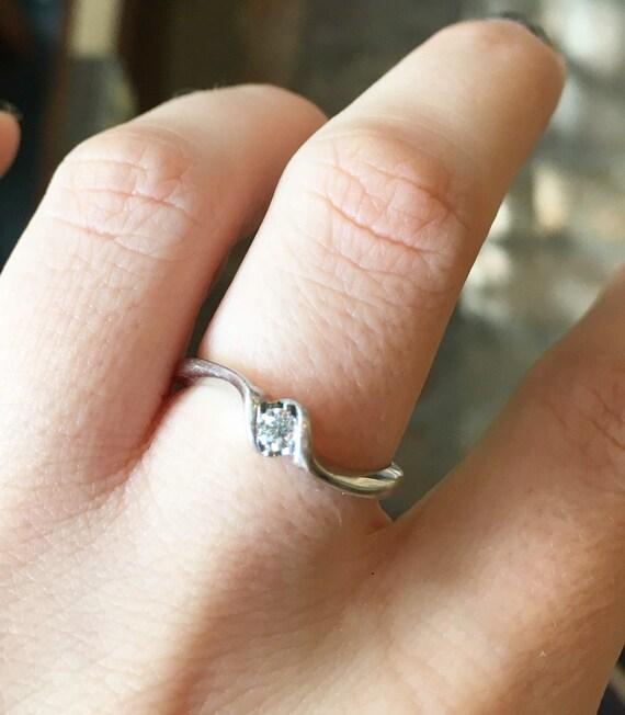 Estate 10K White Gold Diamond Solitaire Ring - X6… - image 10