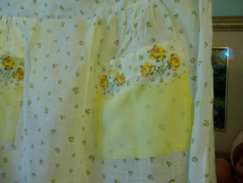 Sweet Yellow /& White Floral Half Apron w Pockets Vintage Linens