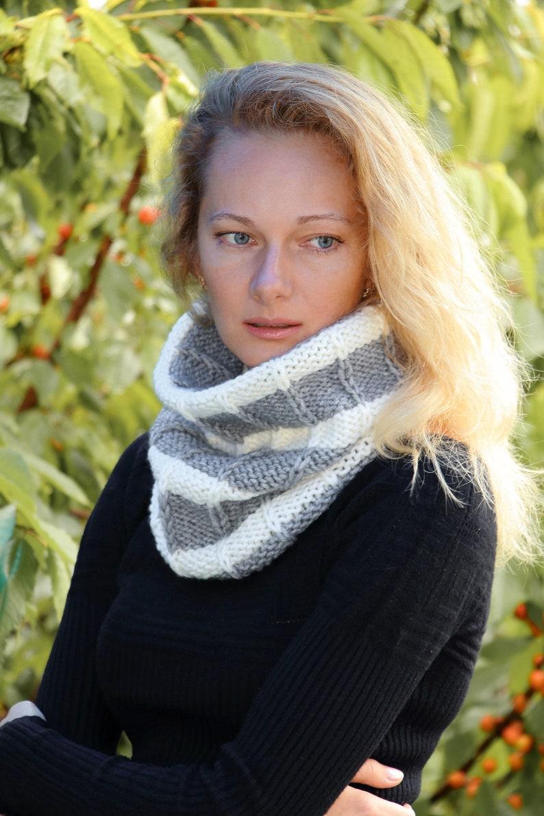 ce191c3f0cf5 Tricot de laine cache-foulard rayé gris col foulard en laine