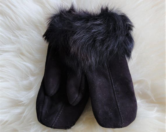 Purple winter gloves. Sheepskin gloves. Genuine leather, natural fur.