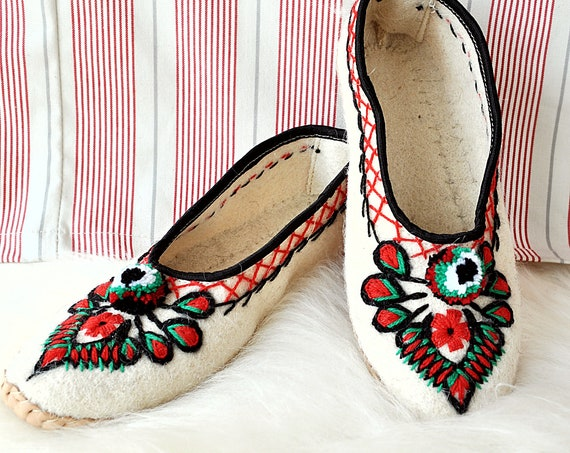 Handmade Natural Felt and Real Leather Folk Slippers. Only natural materials! Slow Fashion!