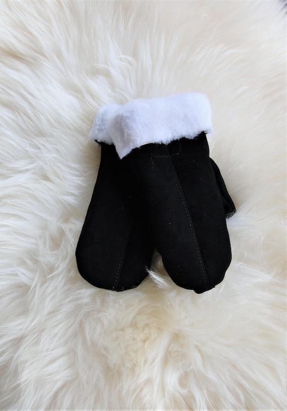 Winter sheepskin gloves. Gneuine leather, natural fur. Black color. White fur. Unisex style.