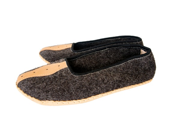 Handmade Natural Felt and Real Leather Mens Slippers. Only natural materials! Slow Fashion!