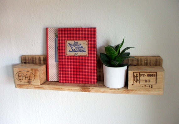 Small shelf made of pallet wood / pallet furniture
