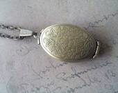 Oval medallion necklace for 4 pictures bronze .