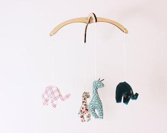 Nil (girafe + éléphant). Mobile démontable et réutilisable. 4 figurines interchangeables, 12po. Bois, tissus recyclés