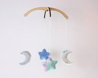 Mobile bleu et blanc. Nuage et lune. Ciel. Démontable et réutilisable. 4 figurines interchangeables, 12po. Bois, tissus recyclés