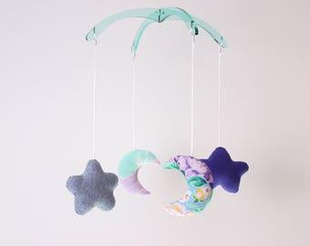 Mobile turquoise et mauve. Nuage et lune. Démontable et réutilisable. 4 figurines interchangeables, 12po. Acrylique, tissus recyclés