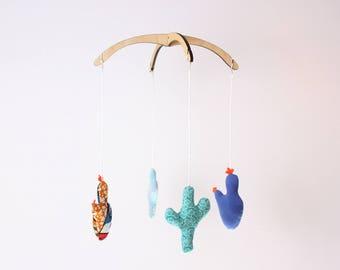 Mobile vert et bleu. Cactus. Canyon. Mobile démontable et réutilisable. 4 figurines interchangeables. 12po. Bois, tissus recyclés