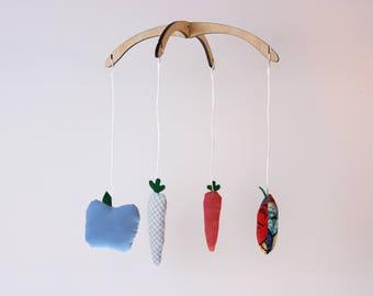 Mobile Carottes+Pommes. Bleu et rouge. Mobile démontable et réutilisable. 4 figurines , 12po.  Bois, tissus recyclés