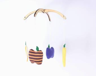 Mobile jaune Carottes+Pommes. Mobile démontable et réutilisable. 4 figurines , 12po.  Bois, tissus recyclés