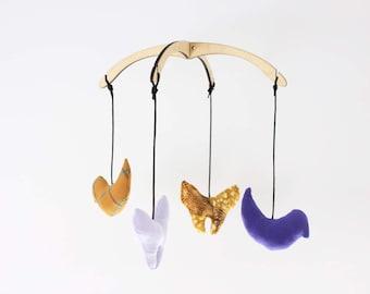 Jardin botanique (Oiseau+papillon). Mobile 4 figurines, 12po. Bois, tissus recyclés