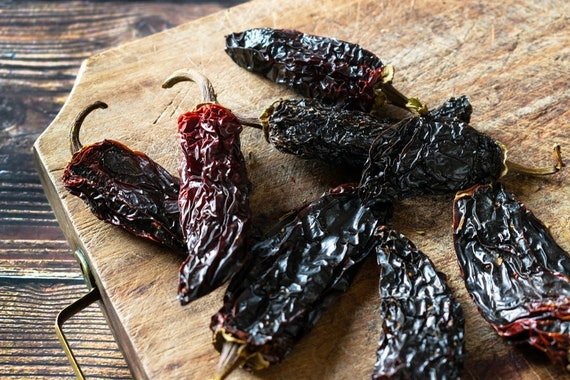 Chipotle, dried chillies, smoked chillies. 50G