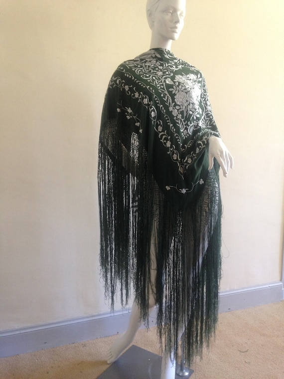 Vintage embroidered Piano shawl - image 3