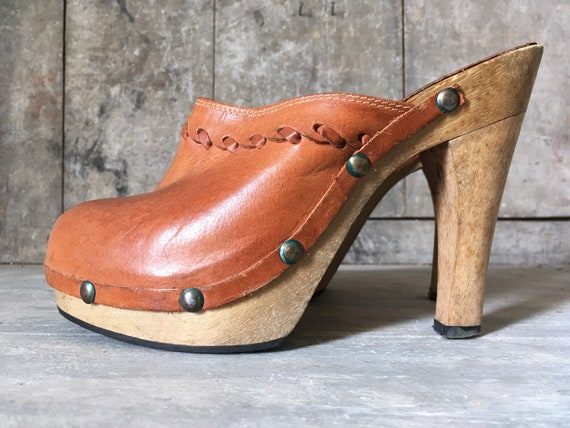 Original vintage 70s tan leather clogs