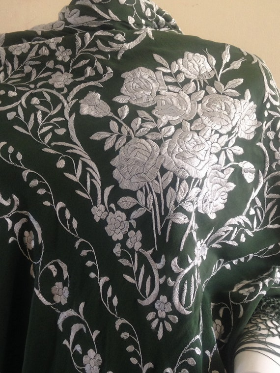 Vintage embroidered Piano shawl - image 4