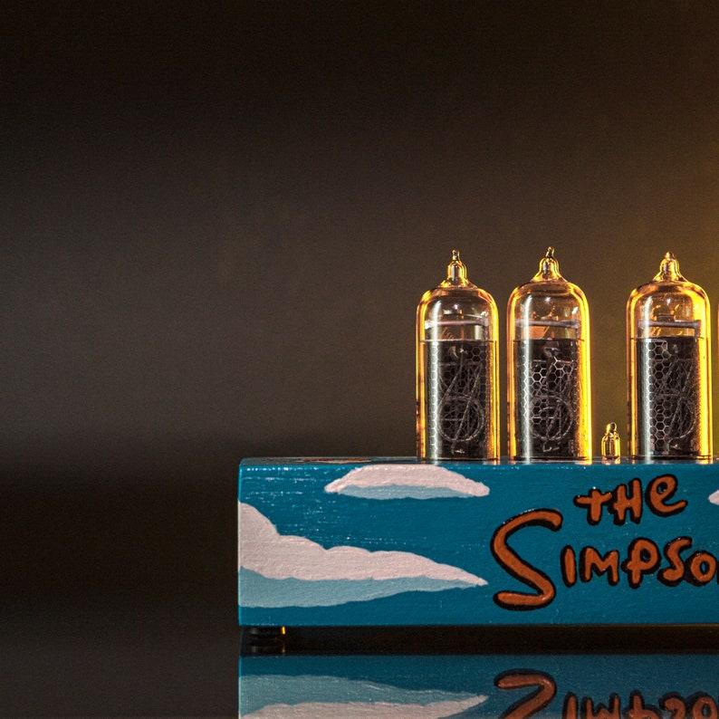 Peint à la main l'horloge Simpsons Nixie Tube avec des tubes Nixie nouvelle et facile remplaçables, détecteur de mouvement, emballage cadeau