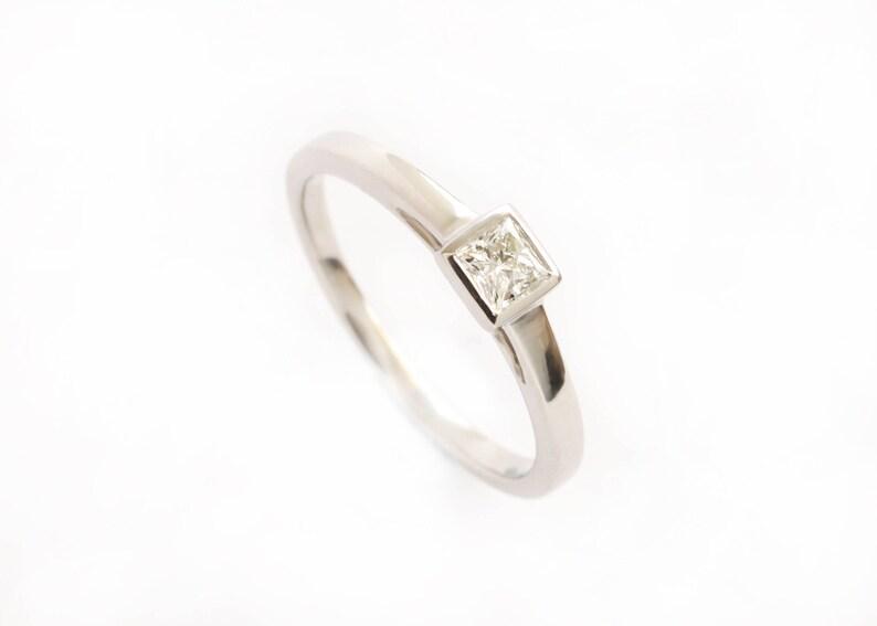 5cbda7d2dfdb Moderno anillo de compromiso solitario con una princesa de
