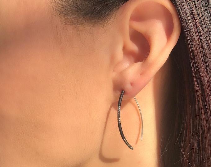 Black and Gold minimal earrings, dainty Gold filled earrings, seed bead earrings, minimalist jewelry, modern simple earrings, threader