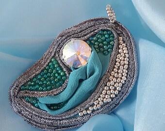 DIVINA - CIONDOLO SPILLA Seta verde acqua ricamata con rocaille argentate e  verdi sfumate. Soutache argentato - Swarovscky cristal specchio b8b576d6f878