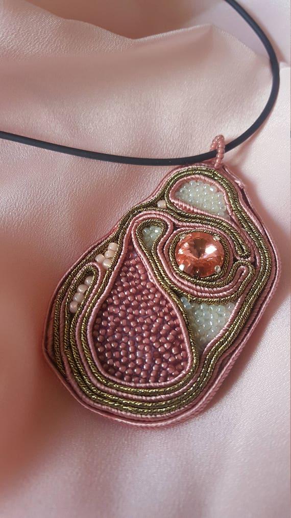 DAFNE. Ciondolo-spilla soutache rosa antico e oro Swarosvki  944ba9f1c424