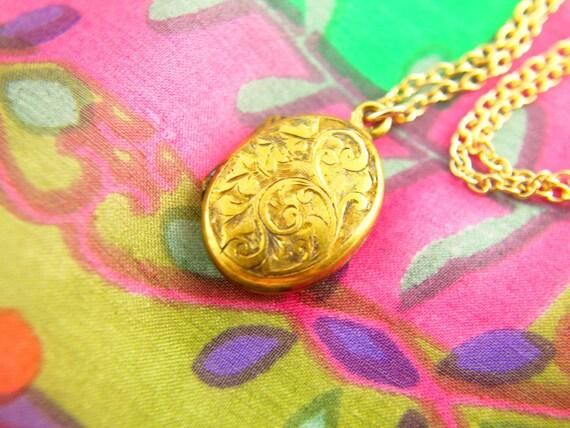 Engraved Swirl Locket Necklace -Leaf Locket - Gold