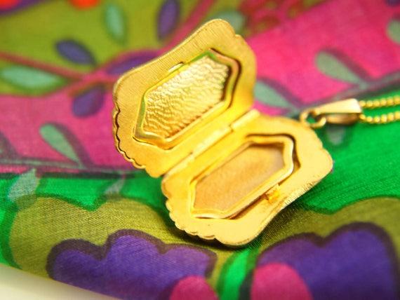 Flower Locket Necklace - 1940s Locket - Engraved … - image 3