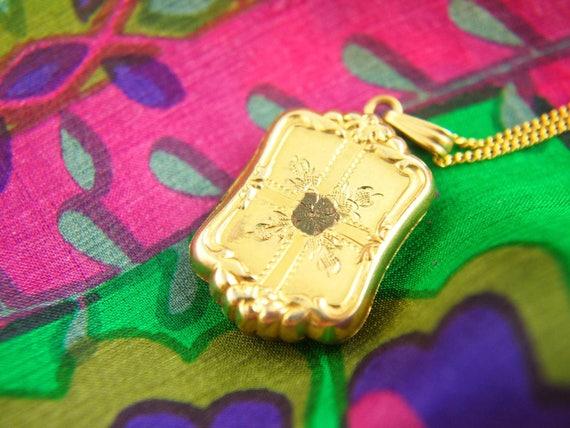 Flower Locket Necklace - 1940s Locket - Engraved … - image 4