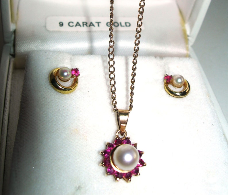 Pearl and rubies,set pendant and earrings vintage 9 carats gold