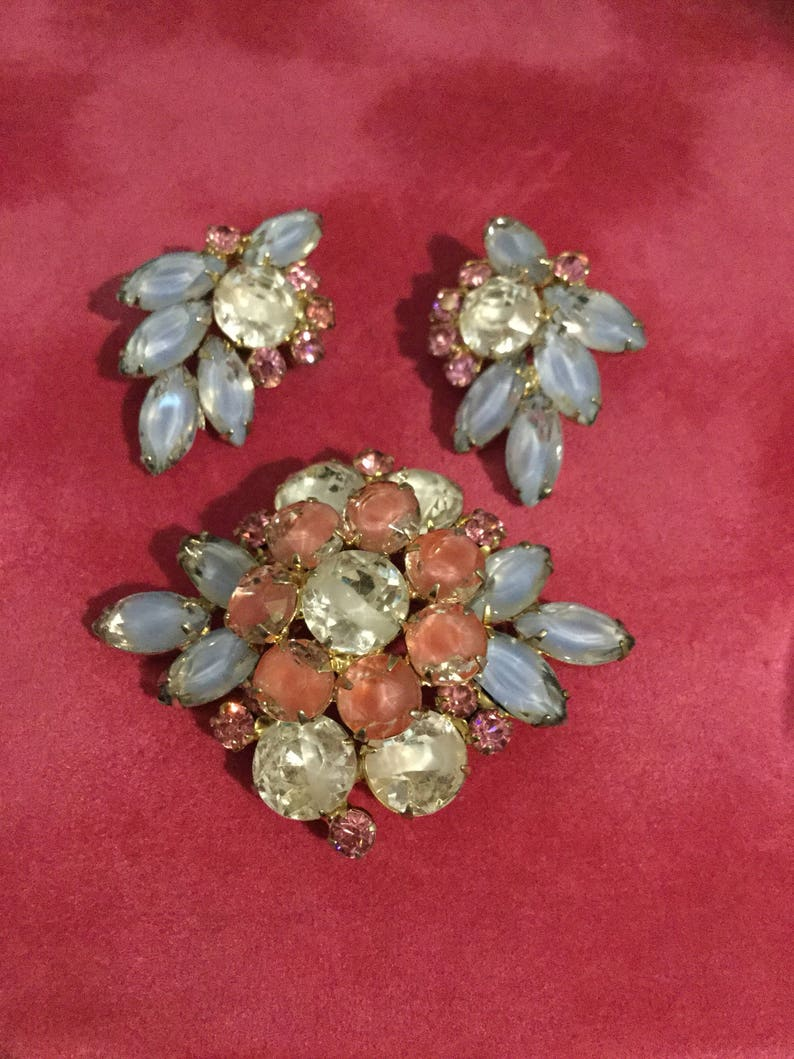 D/&E JULIANA Givre in Pinks Blue and White Brooch and Earrings