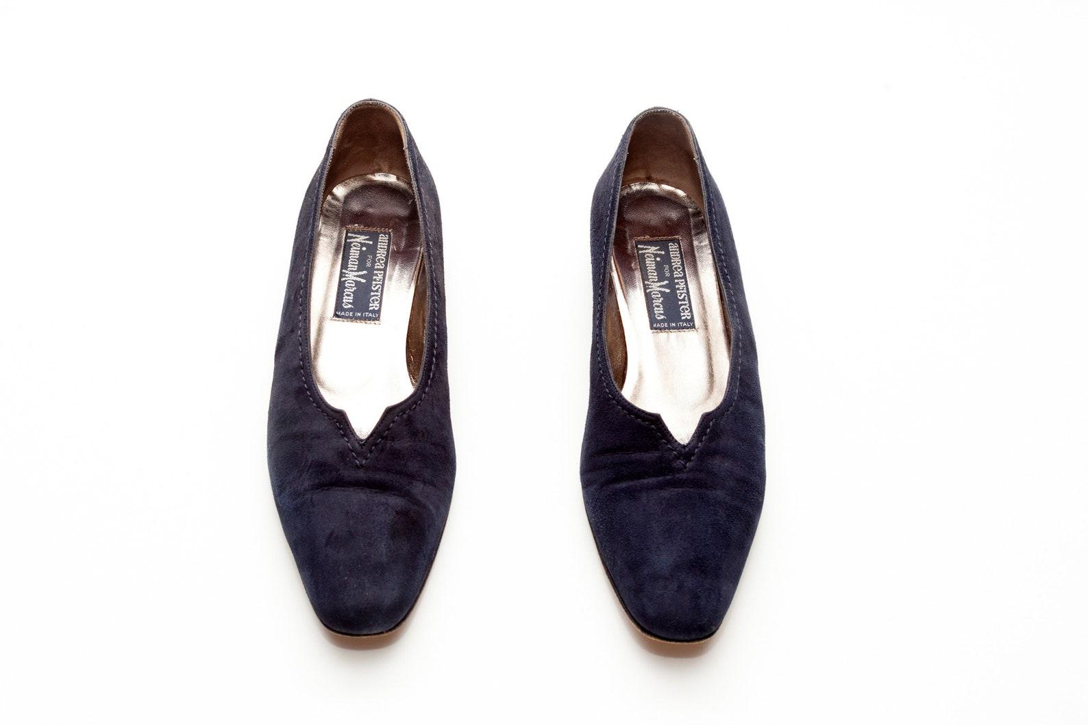 andrea pfister • vintage shoes •slip on flats in black suede •v front topline •low heel flats •vtg ballet flats •made in it