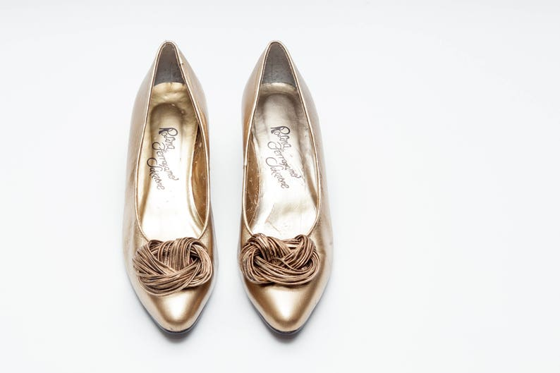 63b25648cd509 Rosina Ferragamo Schiavone • Vintage Shoes • Classic Pumps in Gold Metallic  Leather • Knotted Leather Detail • Low Mid Heel Pumps • Size 8