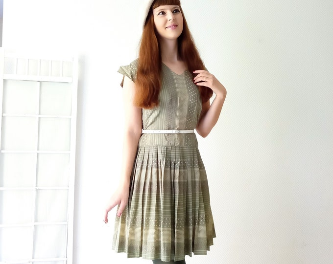 Vintage dress 1960's printed peas and stripes green// Vintage 1960's polkadot and stripes green dress