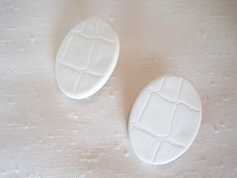 Hardy Plastic Resin with Molded Leather Pattern Retro 80/'s Off White Oval Pierced Earrings Large Post Earrings.