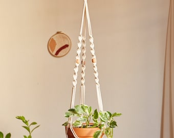 Macramé suspension for plant with clay bead