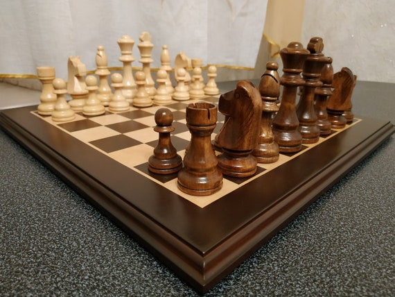 Преимущества деревянных шахмат в подарок