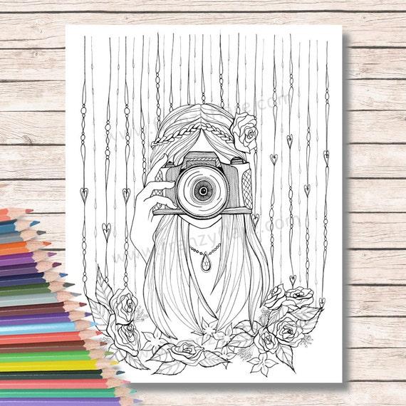 Para colorear páginas para adultos o niños. Chica con cámara, fotógrafo dibujo flores para colorear con lápices o marcadores. Digistamp. Para ...